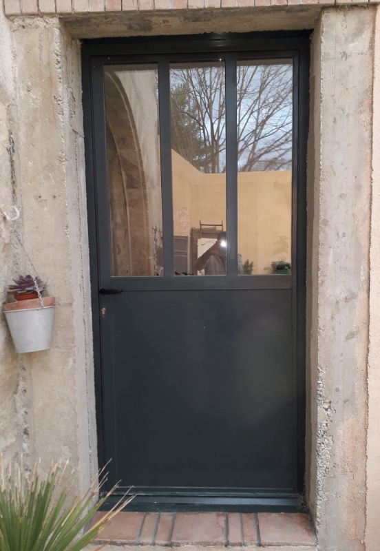 Porte-entree-metal-verre-soubassement-tole-1