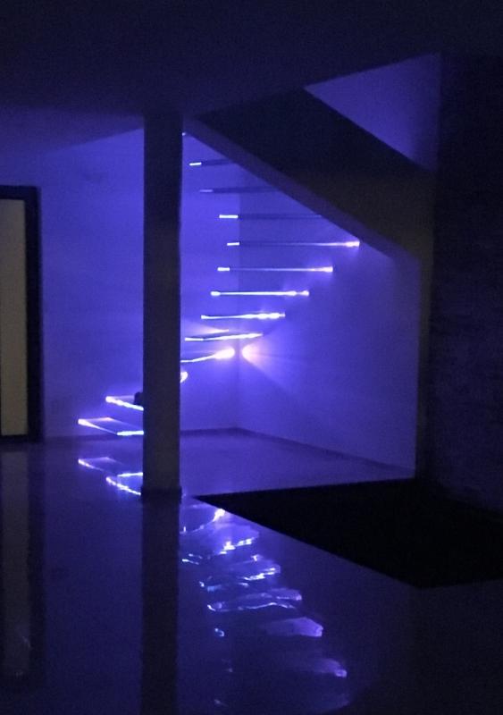 Escalier-tournant-marches-verre-suspendues-eclairees-2