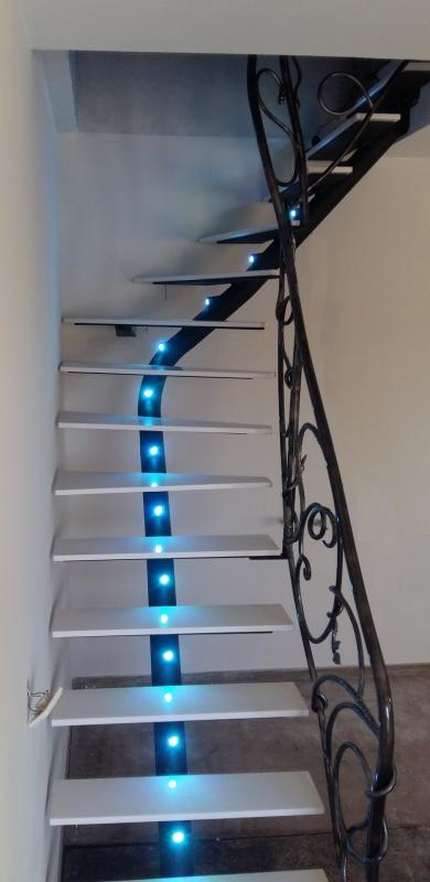 Escalier-tournant-metal-silestone-limon-rond-eclairage-marches-1
