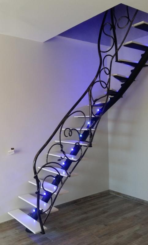 Escalier-tournant-metal-silestone-limon-rond-eclairage-marches-4